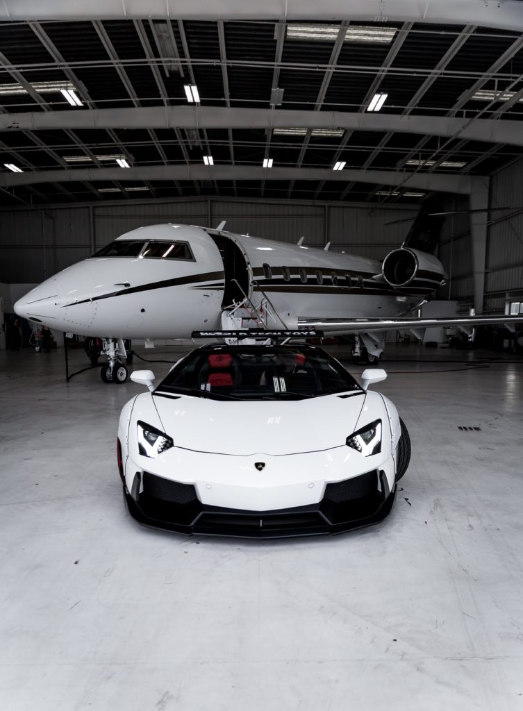 Sportwagen und Privatjet