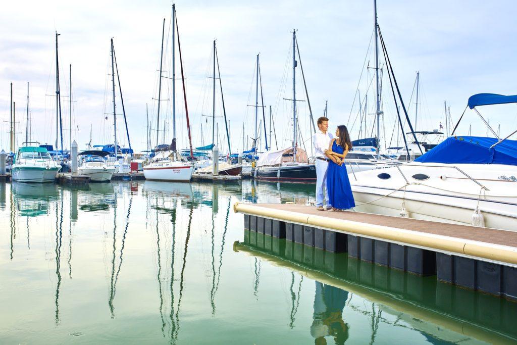 Paar im Yachthafen