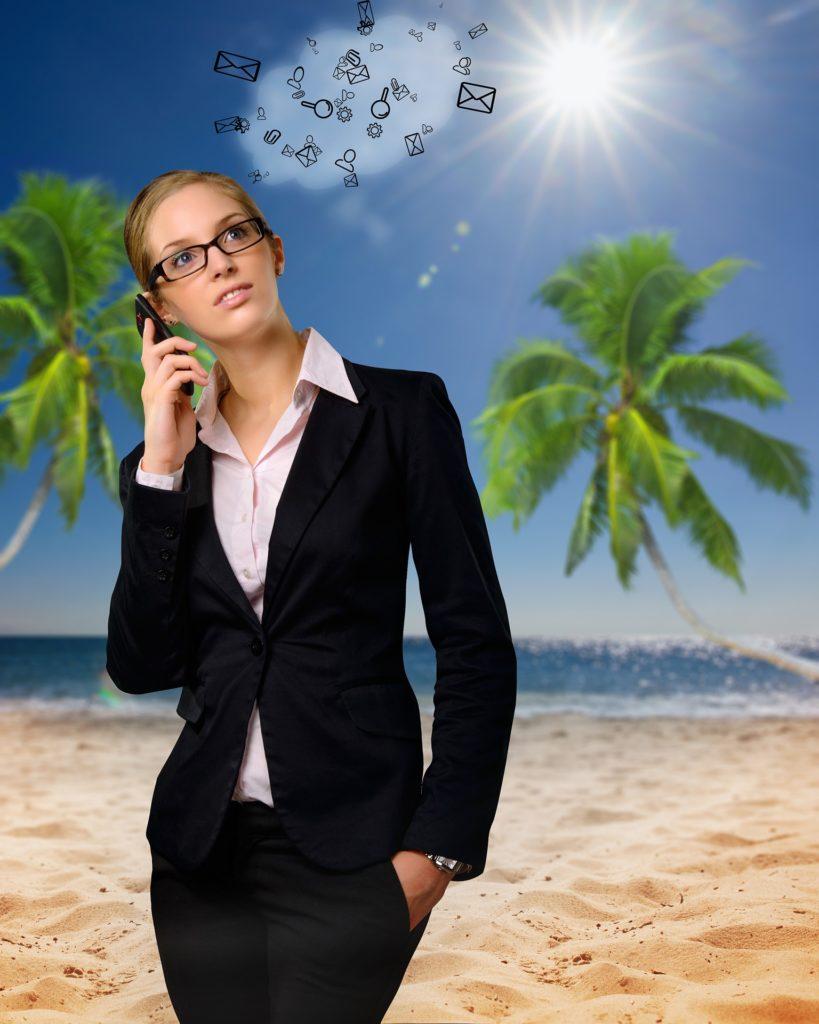 Businessfrau vor Palmen