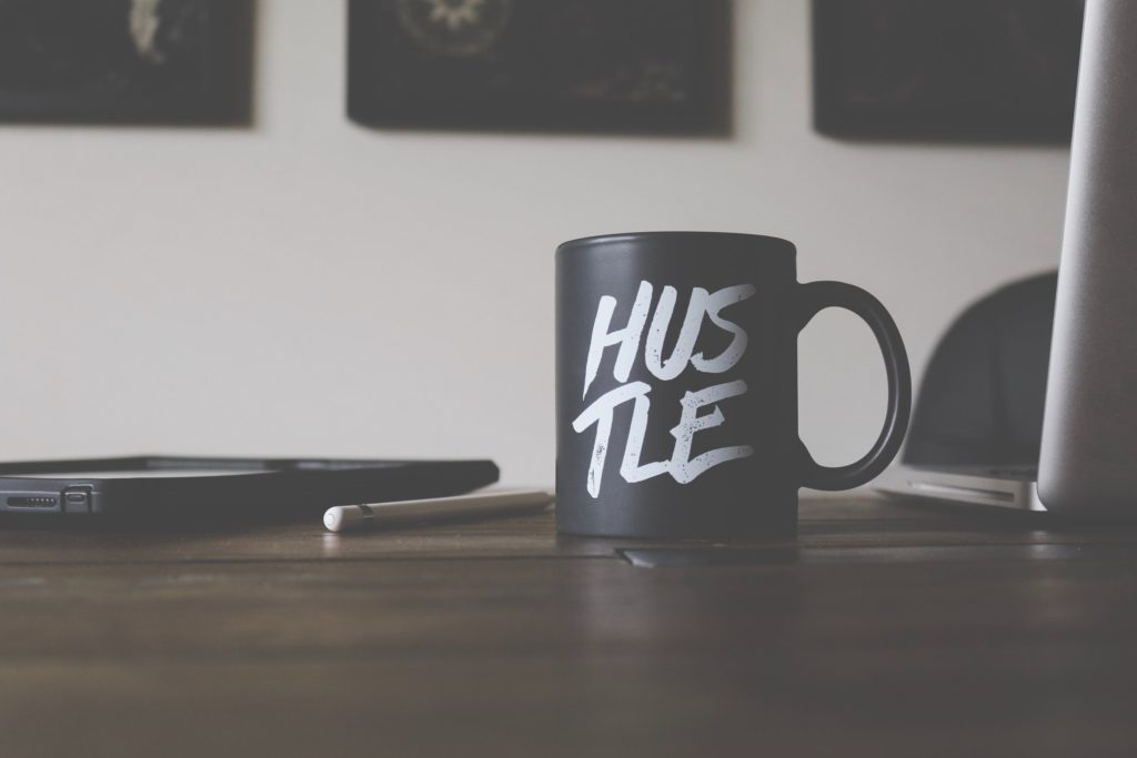 """Tasse mit Schriftzug """"Hustle"""""""
