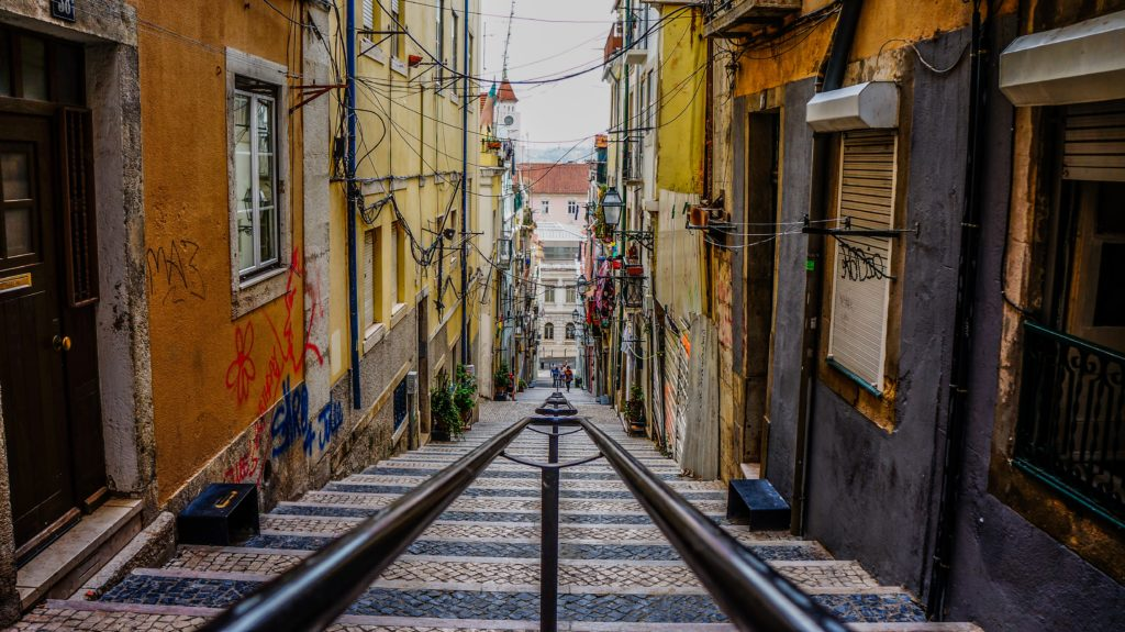 Enge Straße mit Schienen