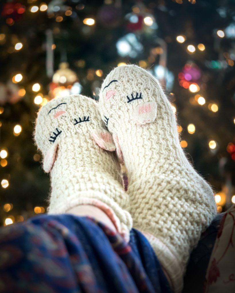 Niedliche Hausschuhe, Füße hochgelegt