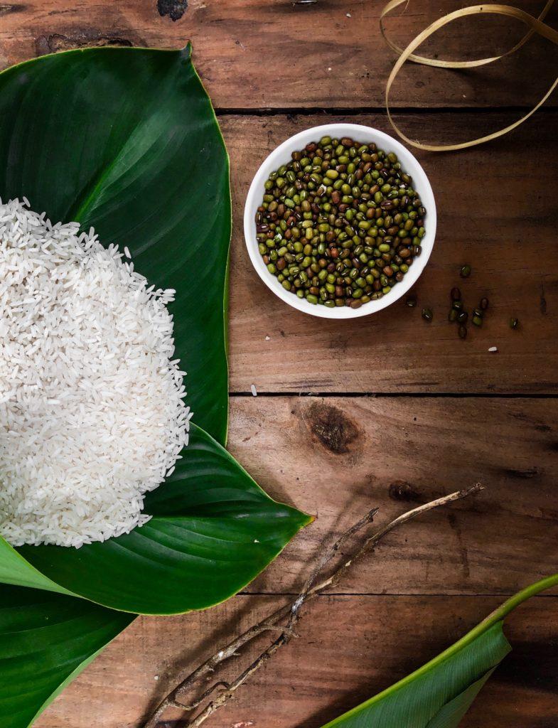 Reis auf einem Palmenblatt