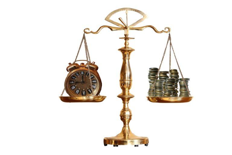 Waage mit Zeit und Geld
