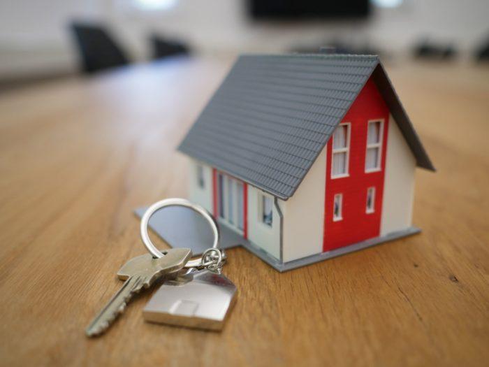 Miniaturhaus und Schlüssel