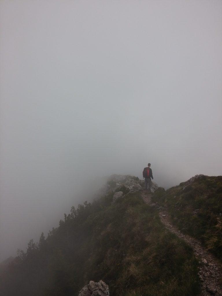 Mann wandert in den Nebel
