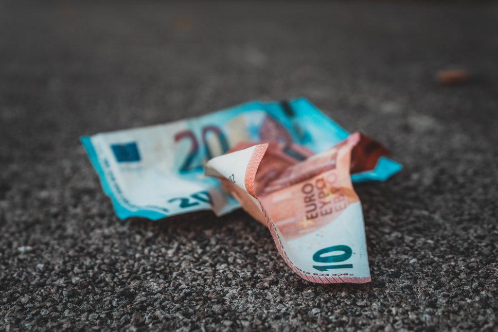 Geldscheine auf der Straße