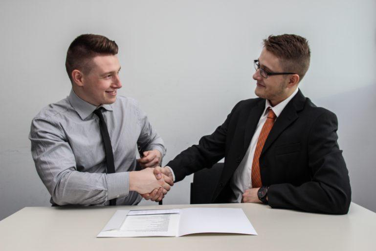 Zwei Männer schütteln Hände