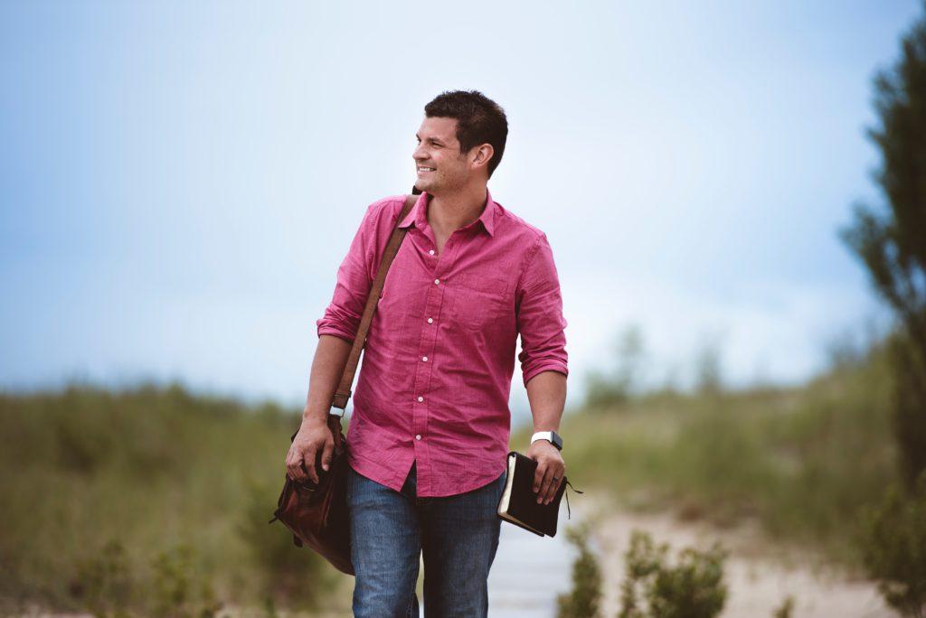 Mann mit rosa Hemd