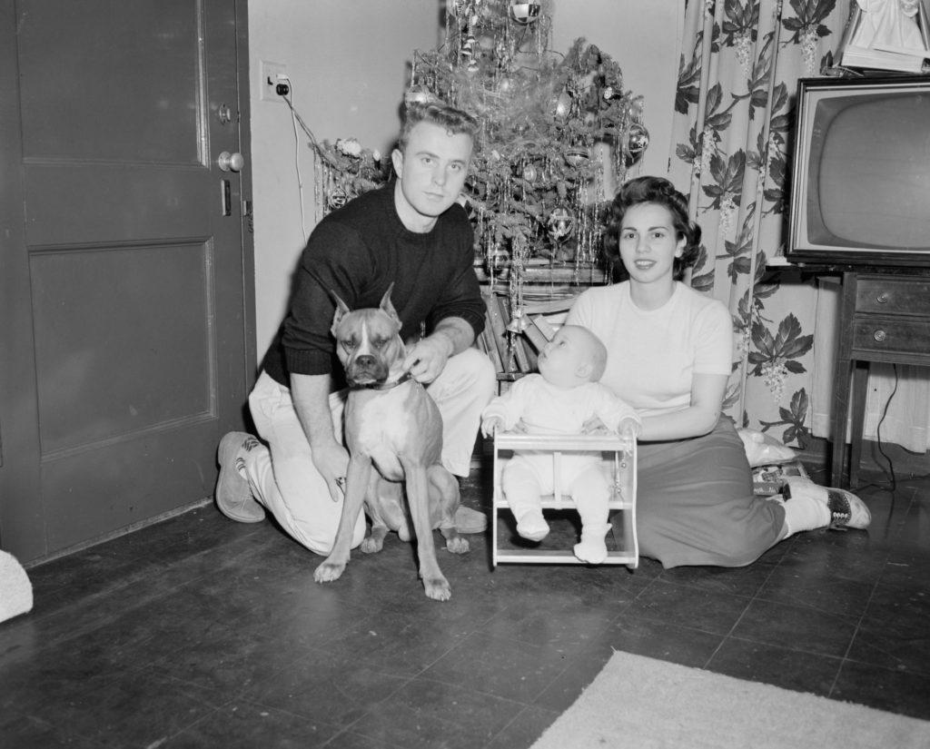 Familie vor dem Weihnachtsbaum