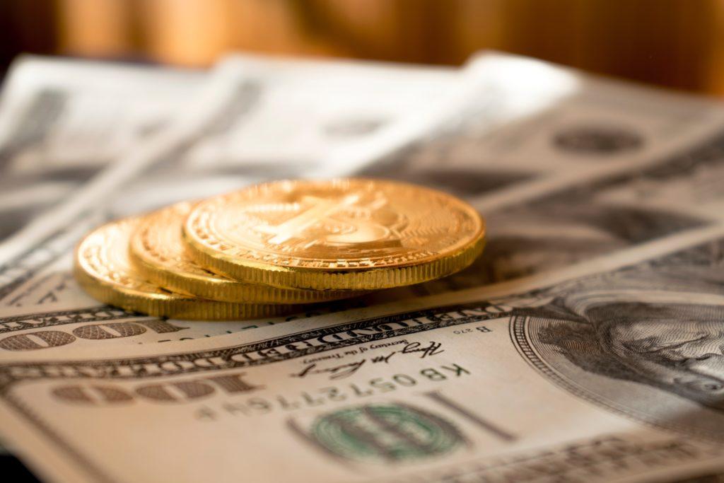 Goldmünzen und Dollarscheine