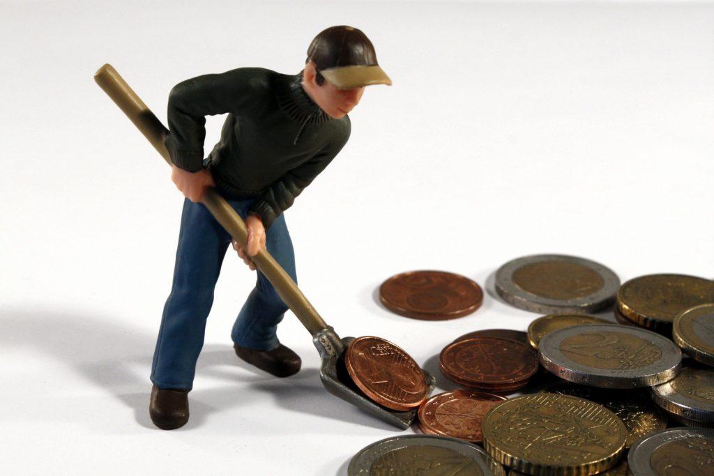Bauarbeiter-Figur mit Münzen