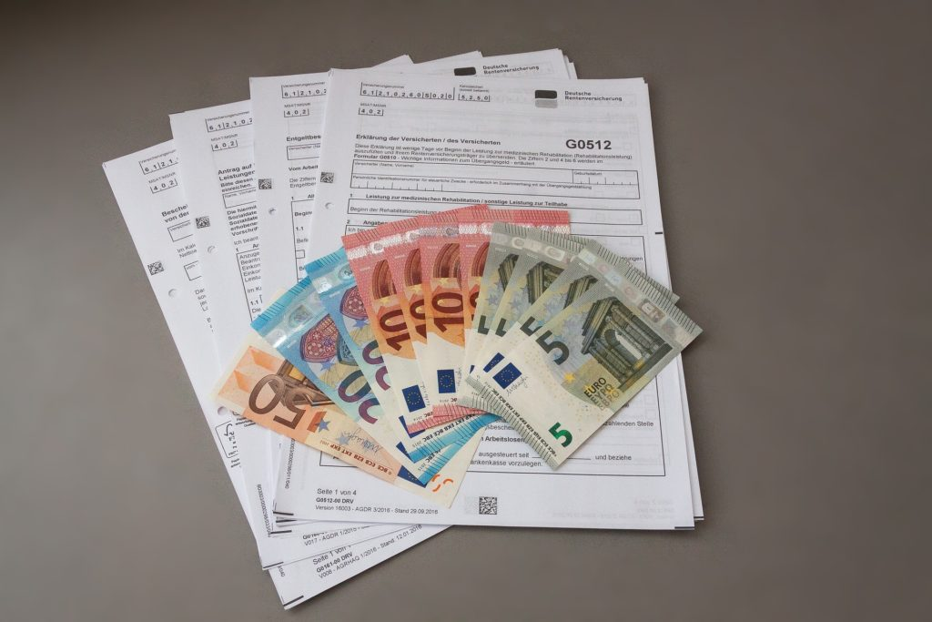 Rentenunterlagen und Geldscheine