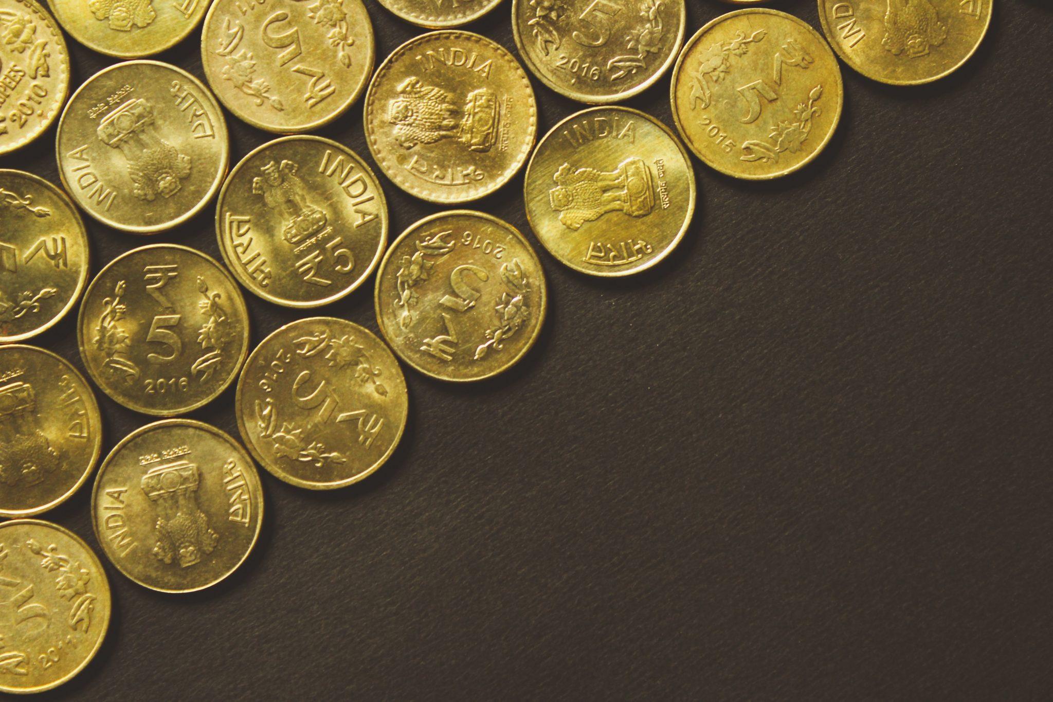 Münzen in regelmäßigem Muster