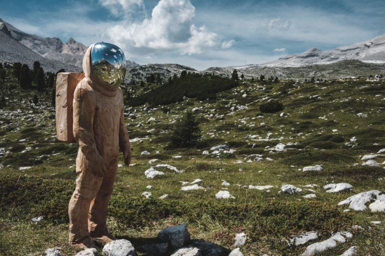 Astronaut auf Wiese