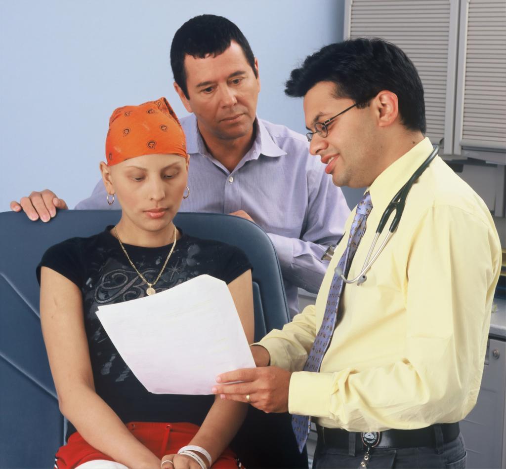 Doktor mit Krebspatientin