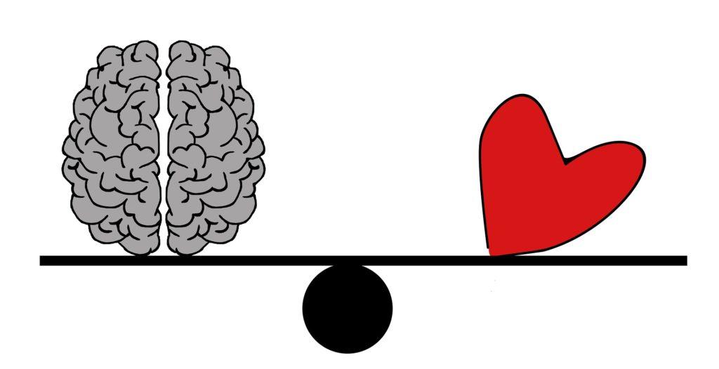Gehirn und Herz auf Waage