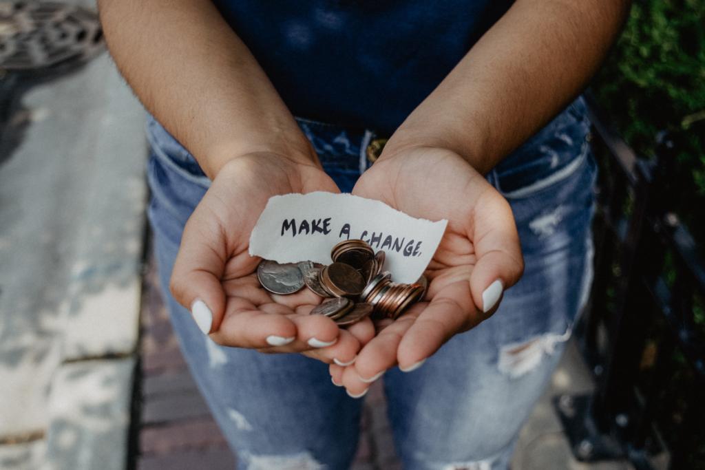 Frau mit Spendengeldern