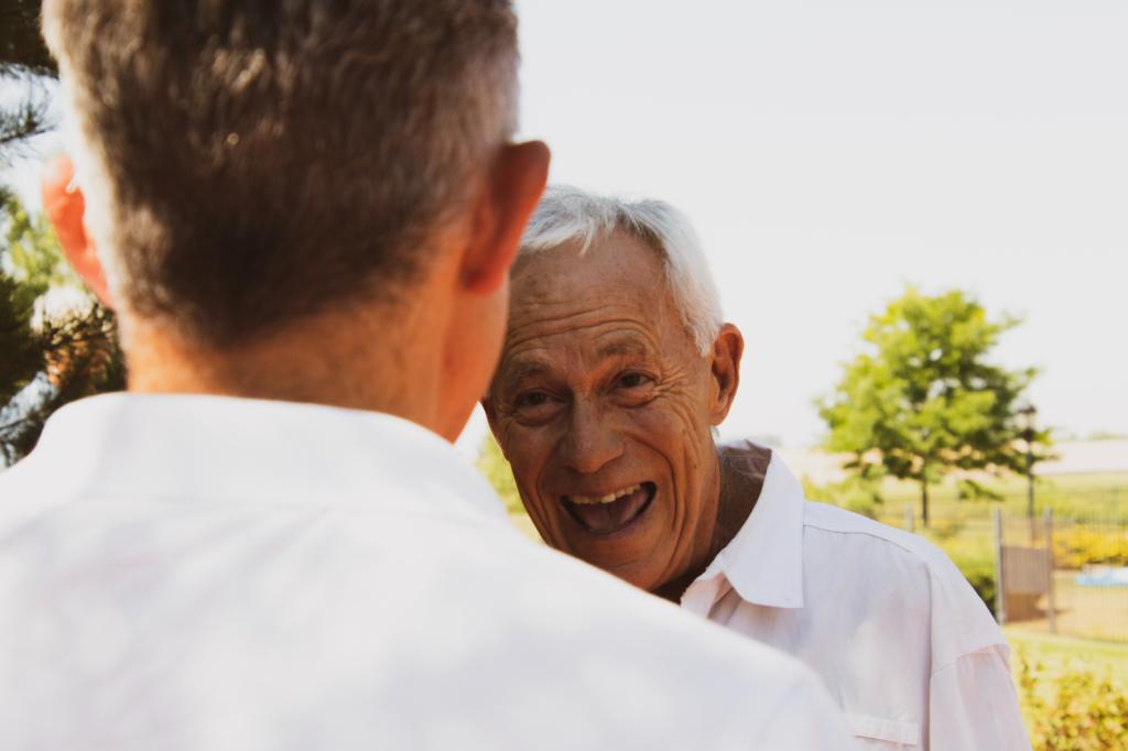 Älterer Mann lacht
