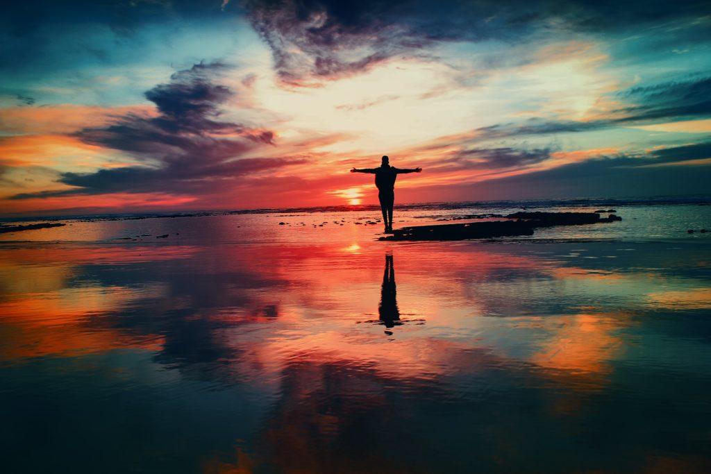 Mann vor Sonnenuntergang