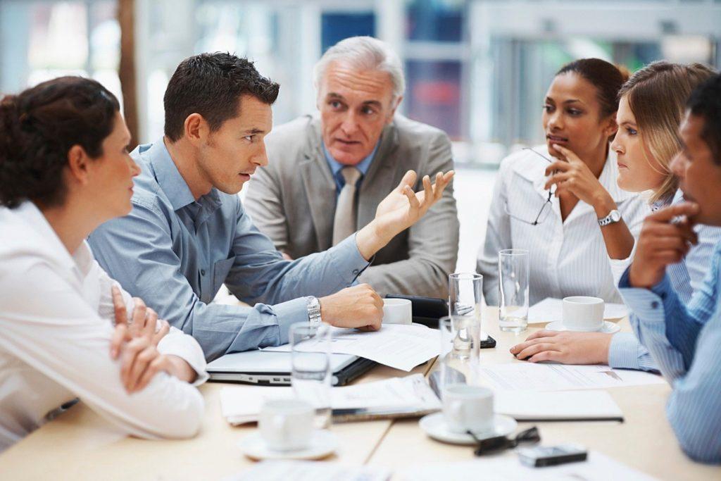 Gruppe diskutiert im Meeting