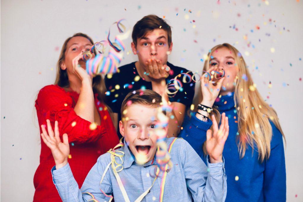 4 Personen feiern