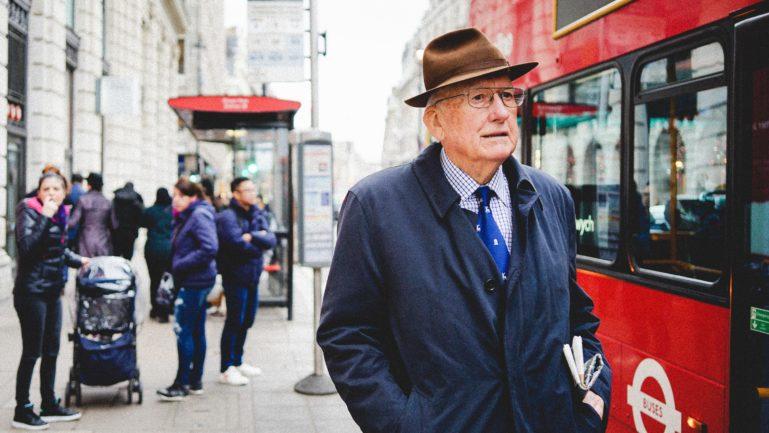 Älterer Mann in Businesskleidung